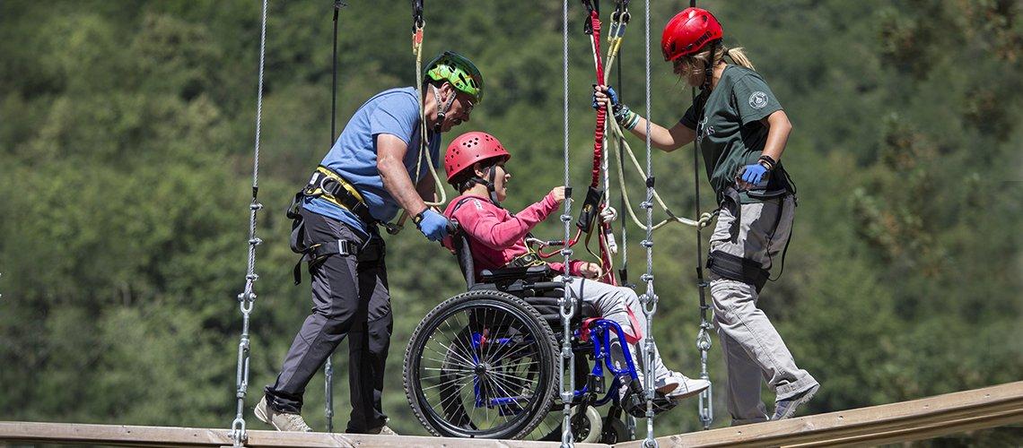 adolescente sedia a rotelle con staff Dynamo arrampicata- Terapia Ricreativa