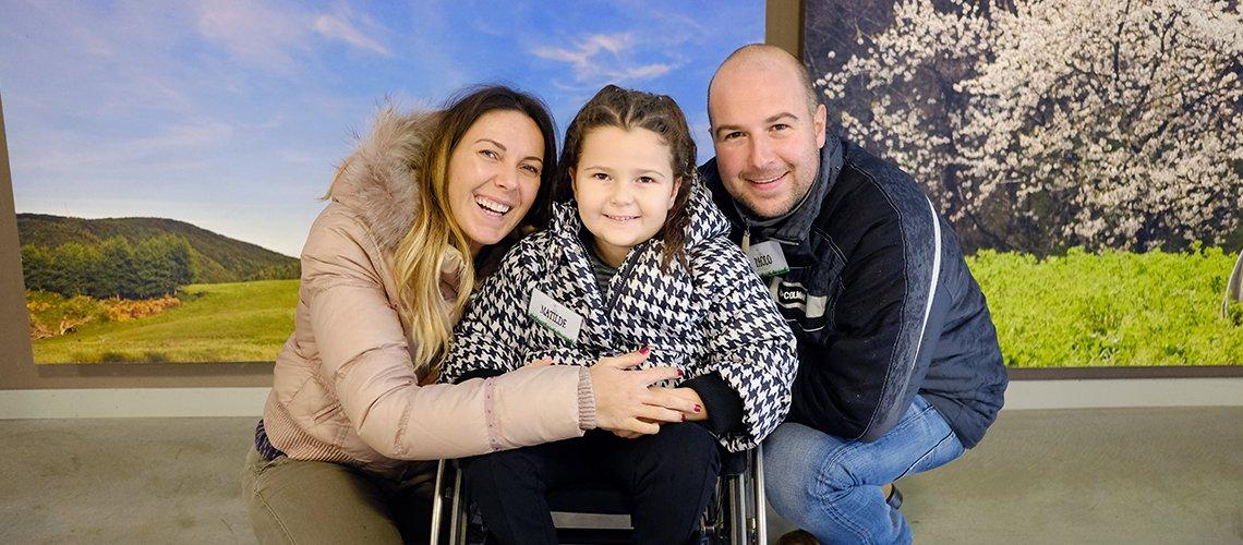 bambina in sedia a rotelle con mamma e papà- Terapia Ricreativa