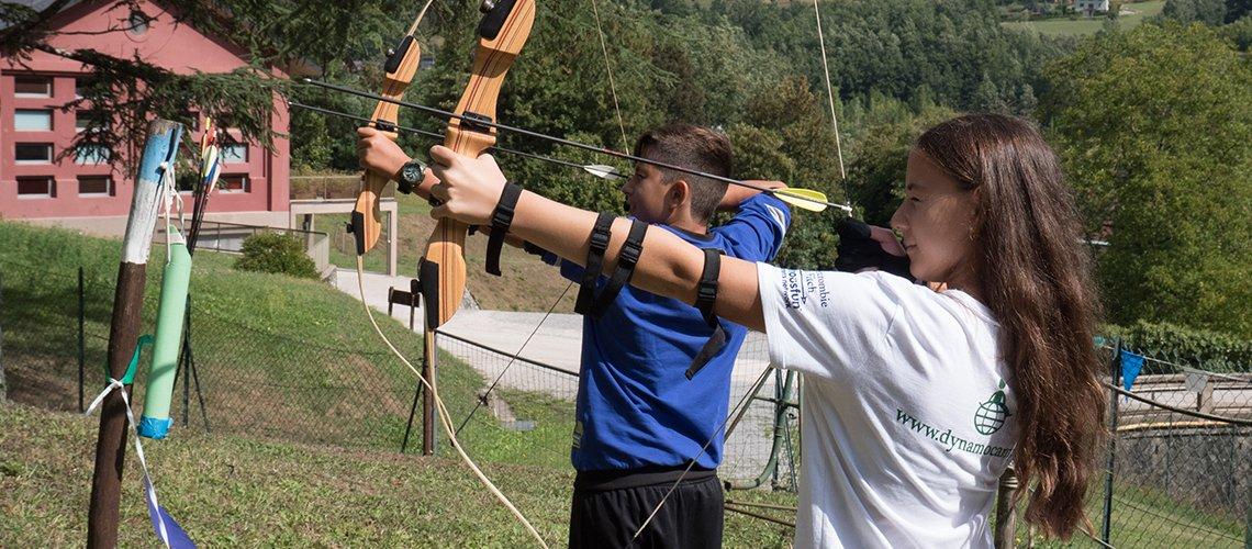 2 adolescenti fanno attività di tiro con l'arco- Terapia Ricreativa