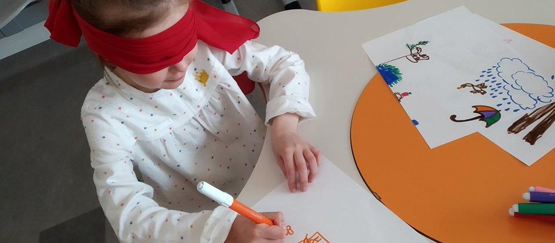 bambina colora felice- Terapia Ricreativa in ospedale