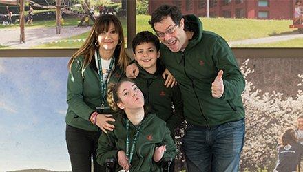 mamma, papà, fratello e sorella ridono uniti- Terapia Ricreativa