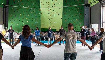Dynamo Academy persone fanno attività team building in teatro