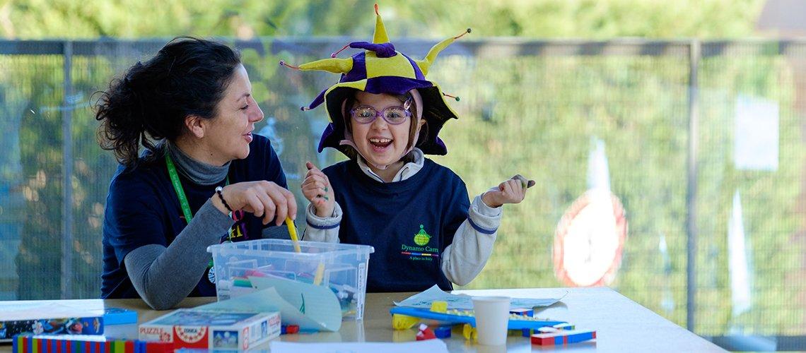 Ragazza dello staff Dynamo ride con bambino Terapia Ricreativa