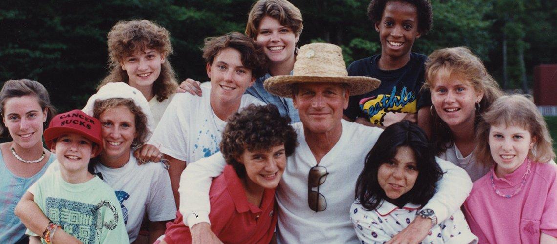 Attore Paul Newman ride con bambini