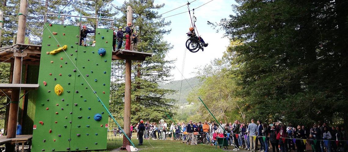 Bambini sperimentano attività di arrampicata all'Open Day