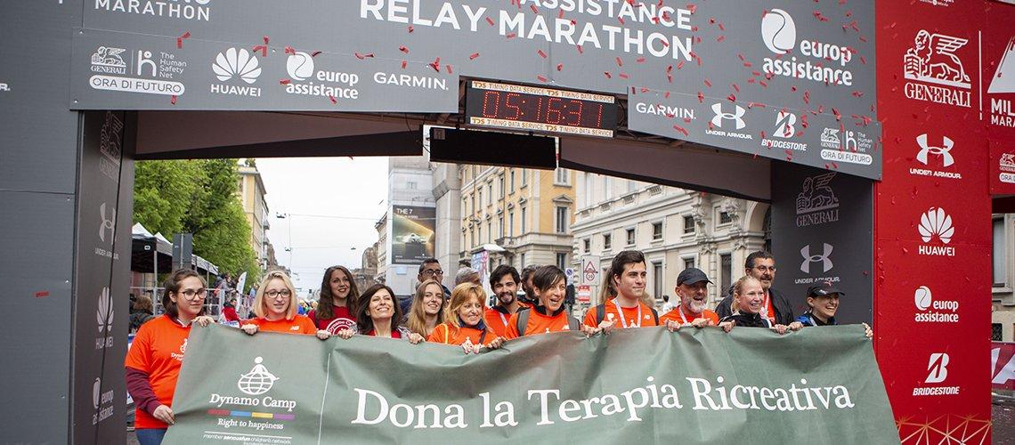 striscione con runner alla Milano Marathon per sostenere Dynamo Camp