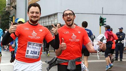 2 runner alla Milano Marathon corrono con maglia Dynamo