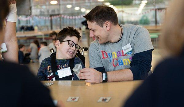 bambino e volontario giocano a carte- divertimento e Terapia Ricreativa