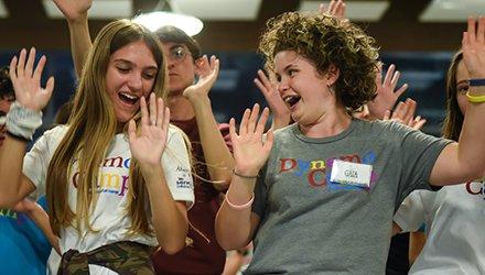 volontari e bambini ballano insieme a Dynamo Camp, Terapia Ricreativa