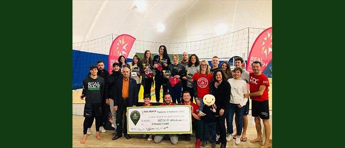 Sportiva e solidale: la schiacciata vincente per Dynamo Camp è tra i granelli di sabbia