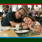 padre e figlia si abbracciano in mensa