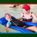ragazzo in piscina con la mamma al Camp