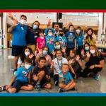 gruppo di volontari e bambini ospiti al camp